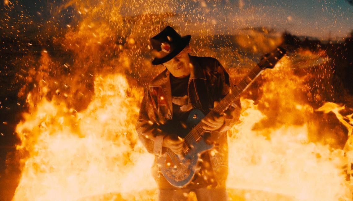 """Diane Warren, G-Eazy & Carlos Santana prezentują teledysk do utworu """"She's Fire"""""""