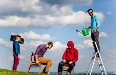 Przemek Kokot rozmawia z członkami zespołu Fair Weather Friends